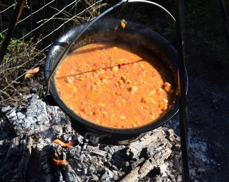 Ceaun pe foc la Punctul Gastronomic Local Cutin