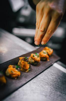 Bombetes de conill, salsa Norma i provençal amb olives negres