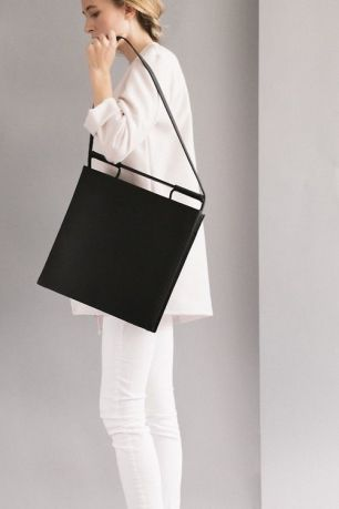 Black tote bag, picture taken from https://it.pinterest.com/source/diorina.tumblr.com