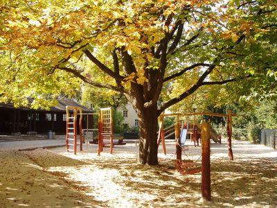 Ein grüner Spielplatz in Berlin.