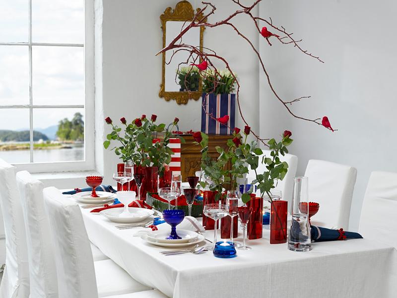 Kreativt 17. mai i rødt, hvitt og blått med ideer til blomsterdekorasjoner og serviettbretting