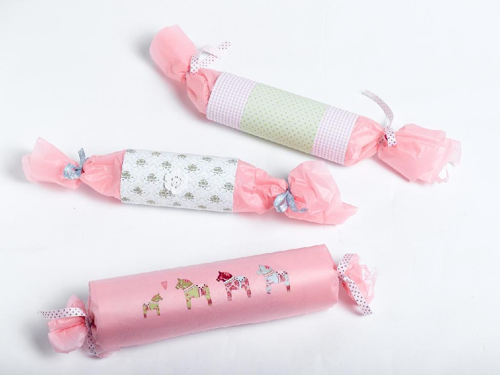 Rosa adventskalender med dekorerte pakker