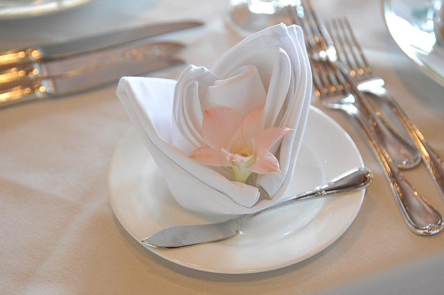 idemagasinet.no - tips og ideer til late sommerdager - blomst på servietten