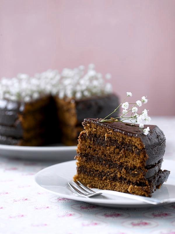 Pynt kaken med blomster, her brudeslør