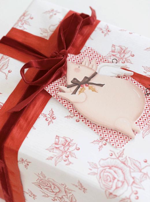 Marianne de Bourg - Ingeniørfruens røde og hvite julegaver, her med gris som pakkelapp