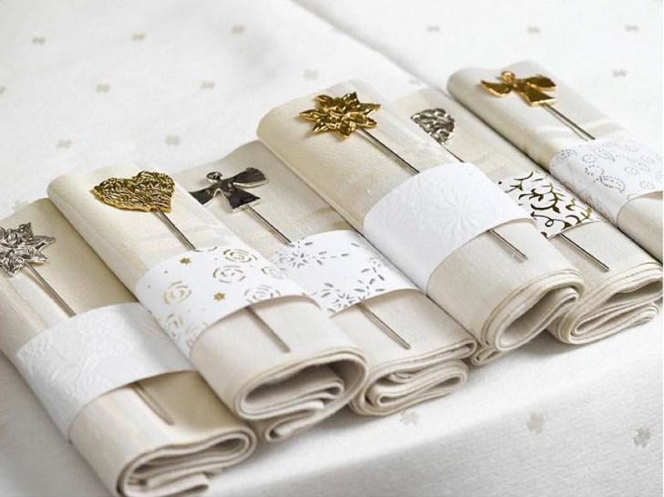 Ingeniørfruen pynter serviettene til nyttårsbordet