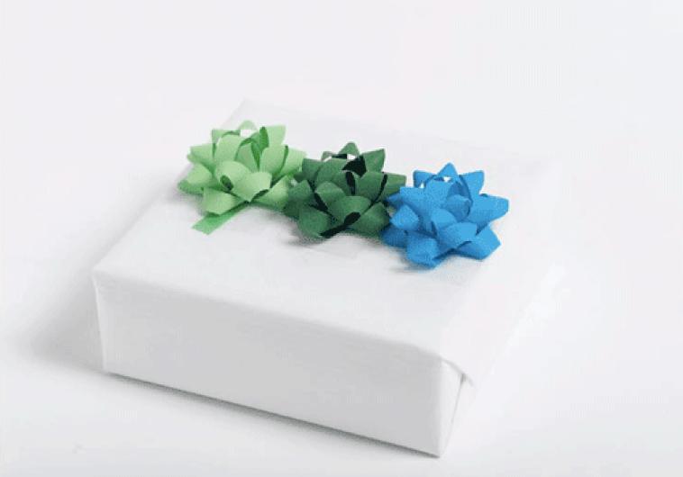 Ingeniørfruens enkle og fargerike gaveinnpakking med stjerner i grønt og blått
