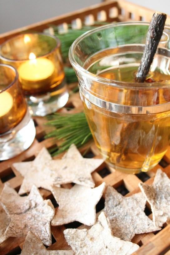 Glass med hvit alkoholfri gløgg med smak av lakris