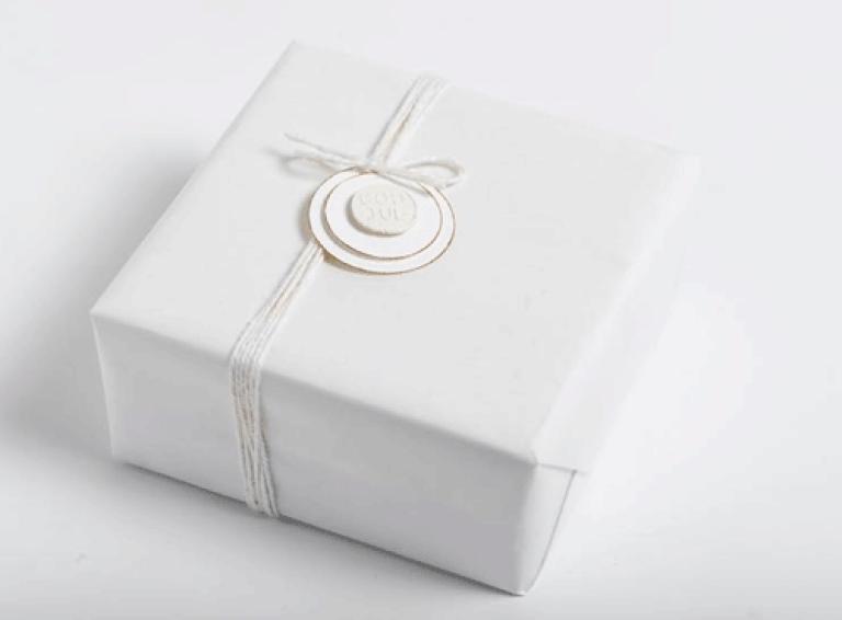 Ingeniørfruens julegave til kjæresten i hvitt med hvit pynt