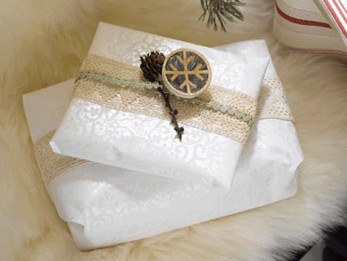 Ingeniørfruens julegave pakket inn med tapet, gamle bånd og arvet julepynt