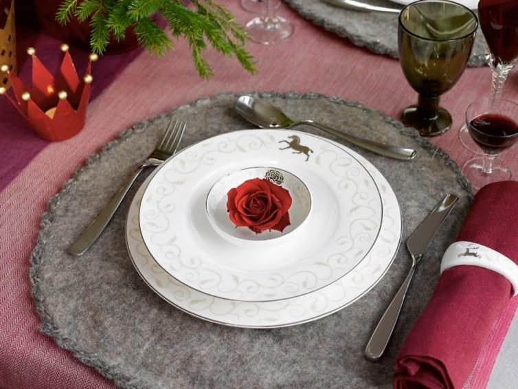 Kuvert på ingeniørfruens vinrøde festbord