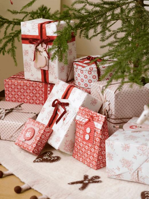 De fint innpakkede pakkene pent dandert under juletreet