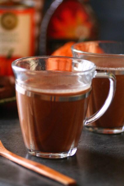 Sunn-oppskrift-på-Halloween-drikk-Pumpkin-Mocha-latte