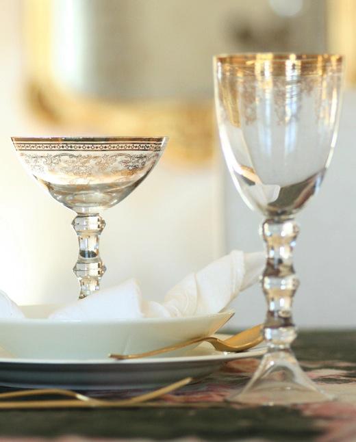 BORDDEKKING-Glass-med-gulldekor