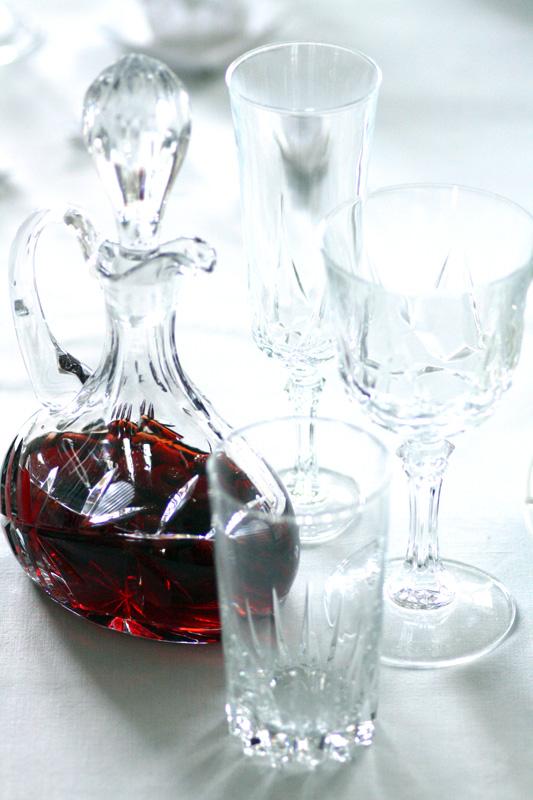 BORDDEKKING: Klassisk bord i hvitt, blått…og litt rødt
