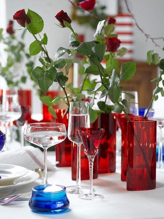 IDEER TIL 17.MAIBORDET - Røde langstilkede roser enkeltvis i vaser