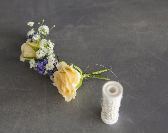 Lag en vakker blomsterkrans til håret av friske blomster, trinn 2