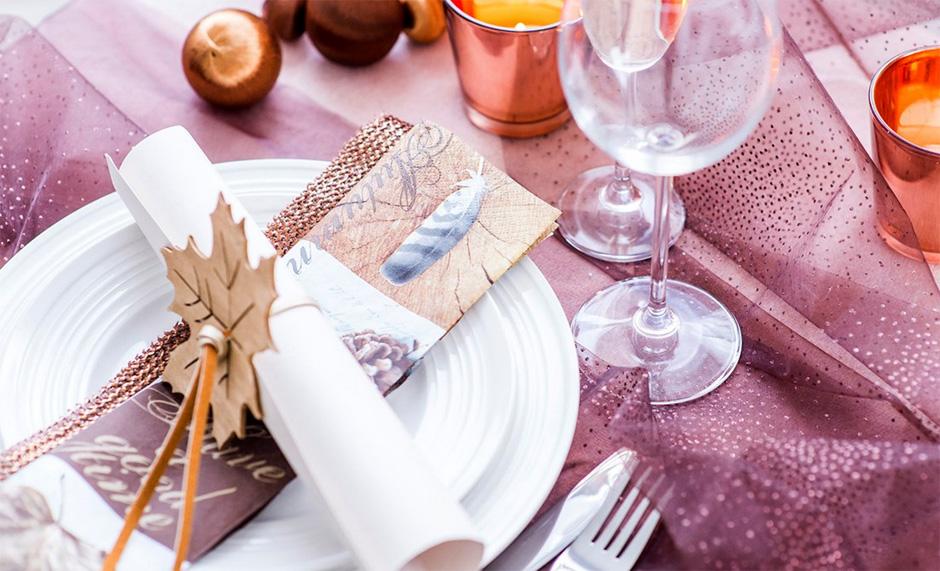 BORDDEKKINGSTIPS Høstbord i høstfarger og lilla med høstløv som tema