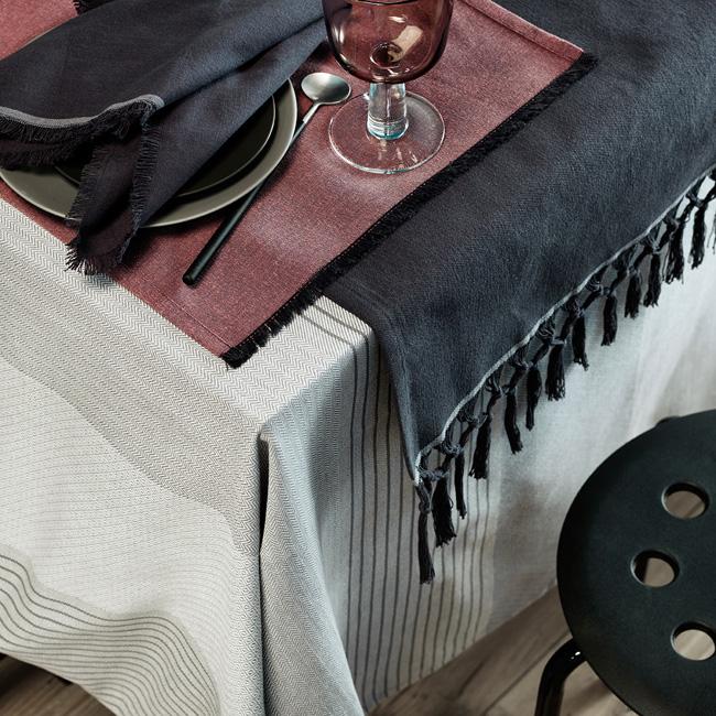 INTERIØRTIPS-Dekk-bordet-med-duker,-tekstilservietter-og-tekstiler