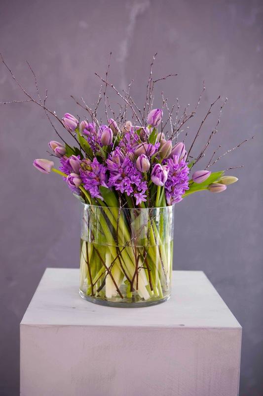 INTERIØRTIPS Vakker adventsbukett med lilla svibler og tulipaner ©FOTO Mester Grønn