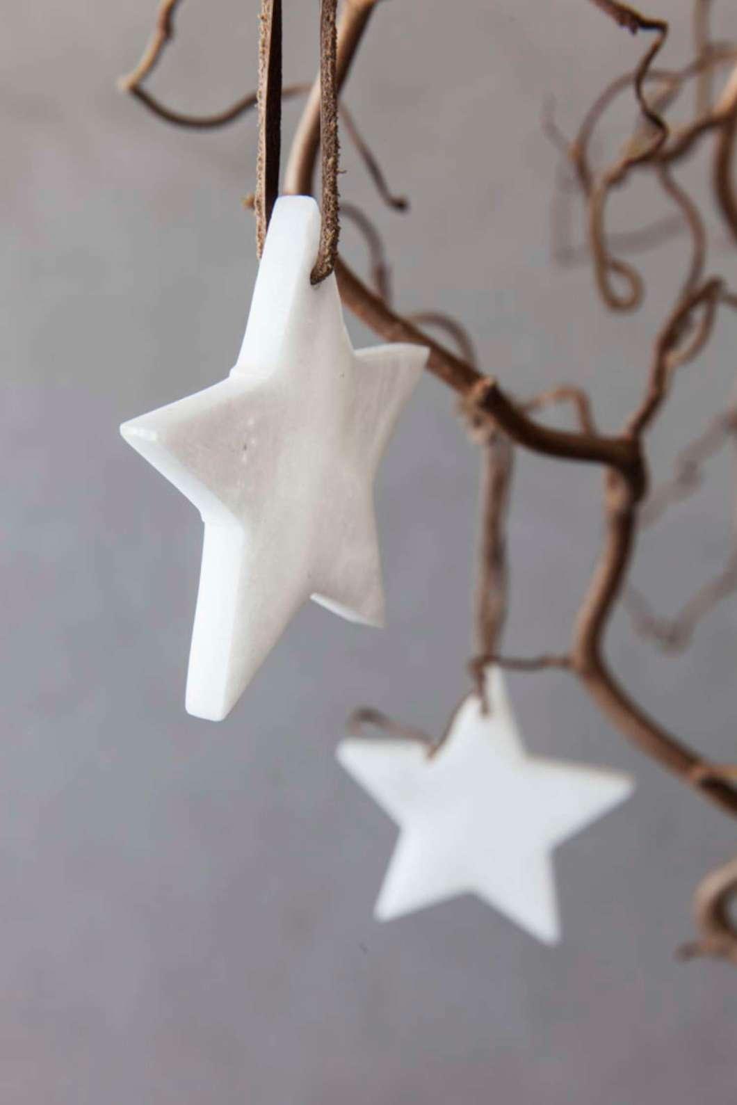 003 INTERIØRTIPS - JULEDEKORASJONER Trollhassel med julekuler FOTO Mester Grønn.jpg