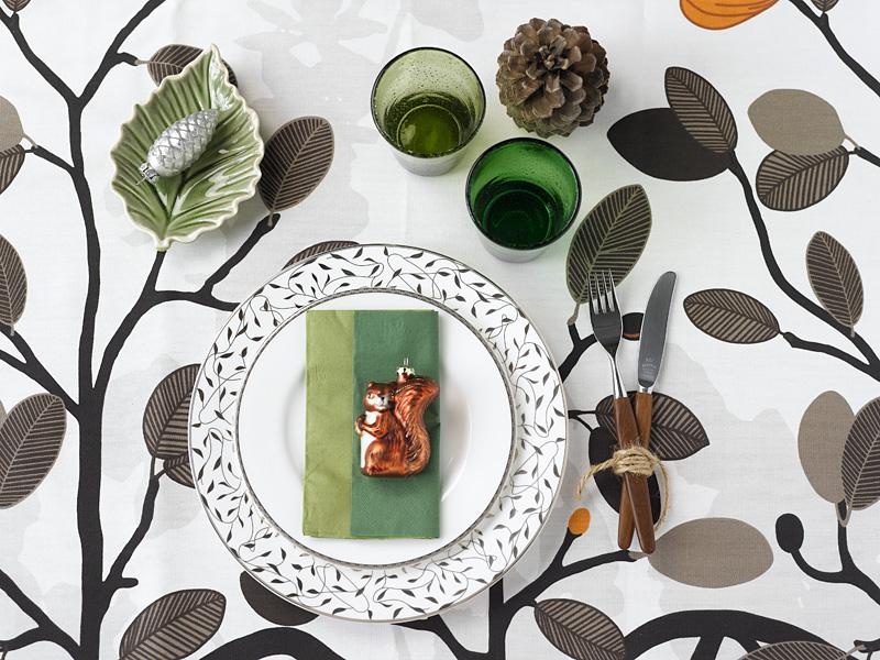 006 INTERIØRTIPS - borddekking av festbordet, serviettbretting og blomsterdekorasjoner