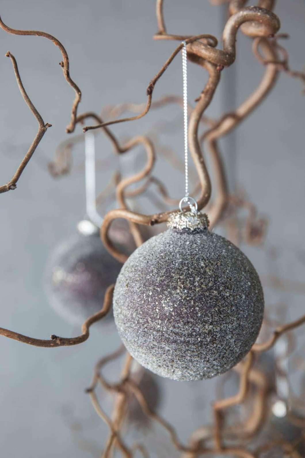009 INTERIØRTIPS - JULEDEKORASJONER Trollhassel med julekuler FOTO Mester Grønn.jpg