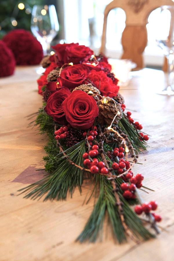 02 BORDDEKKING-Blomsterdekorasjoner i rødt til julens festbord