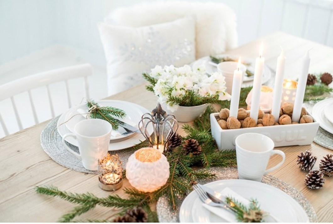 BORDDEKKING Pynt et hvitt bord til romjul og nyttår FOTO Nille