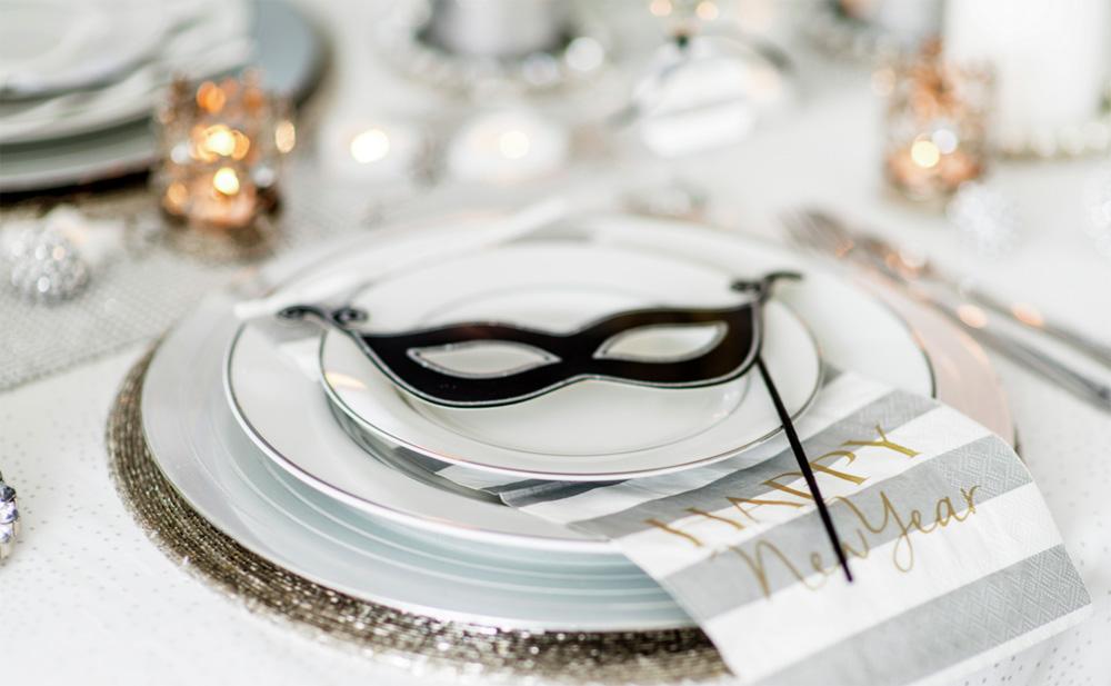 DIY-Pynting-av-nyttårsbordet-i-hvitt,-sølv-og-gull-med-masker