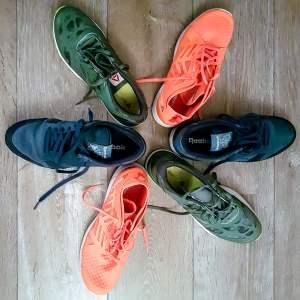 Foto van 6 sportschoenen van het merk Reebok. Op de foto zijn de schoenen in een stervorm geplaatst met de neuzen van de schoenen naar buiten. De Reeboks zijn roze, groen en blauw. De foto hoort bij het gedicht Lijf.