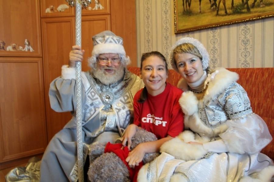 В рамках программы «Поделись теплом» Дед Мороз поздравляет детей-инвалидов, не имеющих возможности посетить праздничные мероприятия 10-30 декабря