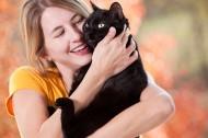 девушка обнимает котика