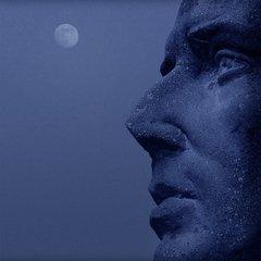 Луна и статуя
