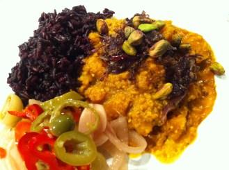 Serverat med svart råris och picklade grönsaker