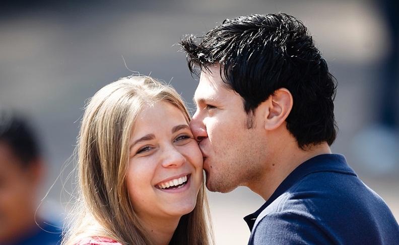 14Previo_Enamorados ///// 13 febrero 2011 ///// CIUDAD ///// Fotógrafo: PEDRO MERA.///// Aspectos de parejas en la ciudad, previo al 14 de febrero; día de los enamorados.