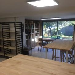 L'atelier, vue sur l'espace exposition de mes pièces et l'espace de travail