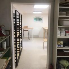 L'atelier, vue depuis la pièce du four, vers l'espace de travail et la petite lucarne
