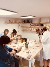 façonnage de la terre par les élèves. Vue d'un stage de céramique à l'atelier.