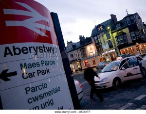 aberystwyth-at-night-the-lord-beechings-pub-taxi-rank-and-railway-acx2tf