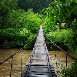 108. Over een touwbrug lopen in het buitenland