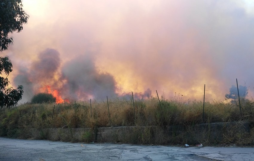 """Incendio minaccia l'ex cava Fiego. Il grido del parroco: """"Aiutateci, respiriamo veleni""""."""