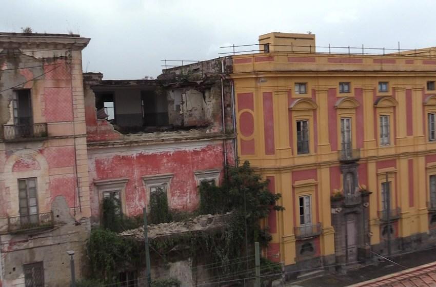 Crolla il solaio di Villa Favorita a Ercolano: paura e danni. Nessun ferito. Il video