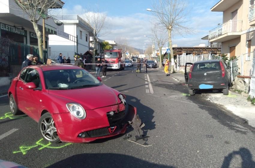 Impatto tra due auto in viale Europa: sei feriti e una fuga di gas. Travolti anche i pedoni – Foto