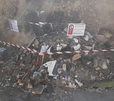 Amianto tra i rifiuti bruciati in vico San Vito: arrivano le telecamere