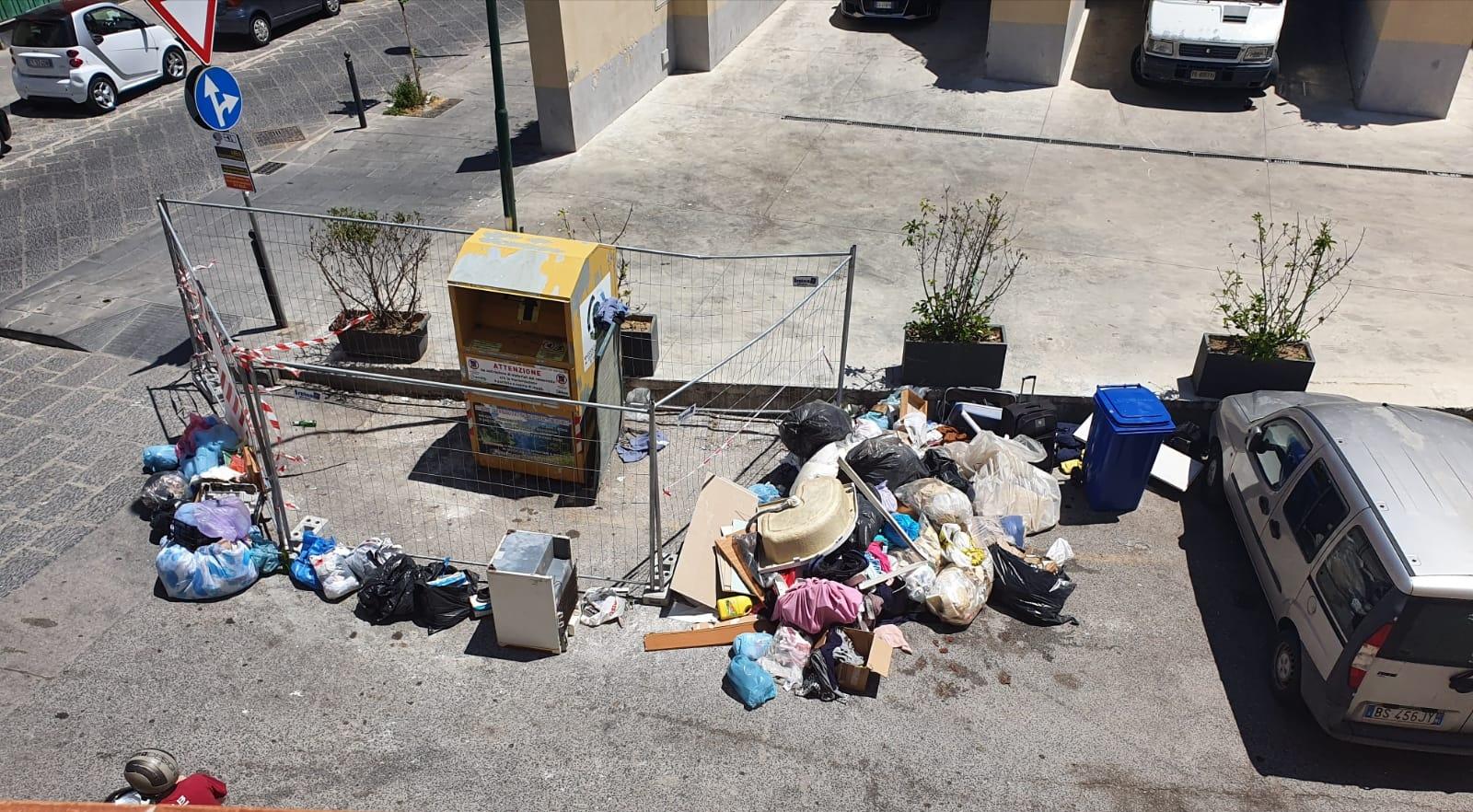 Il Comune toglie dalle strade i cassonetti gialli per la raccolta degli indumenti usati