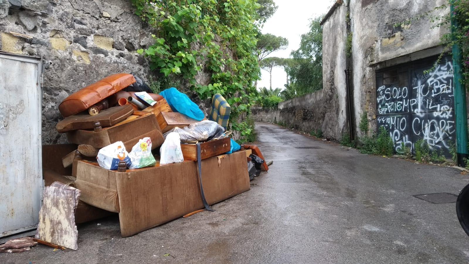 Cinquanta discariche nelle strade di Torre del Greco: iniziano i controlli notturni