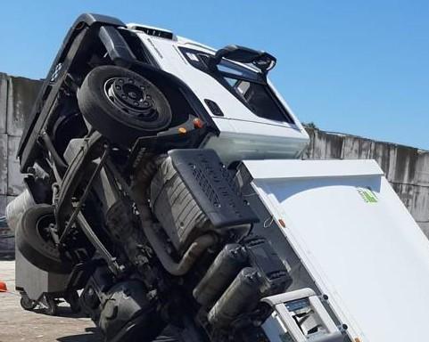 Camion di rifiuti si ribalta durante le operazioni di scarico alla Edil Cava