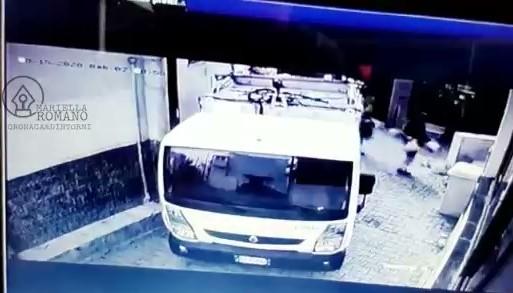 Sorpresi a sporcare la città: due netturbini intrappolati dalle telecamere – Il video