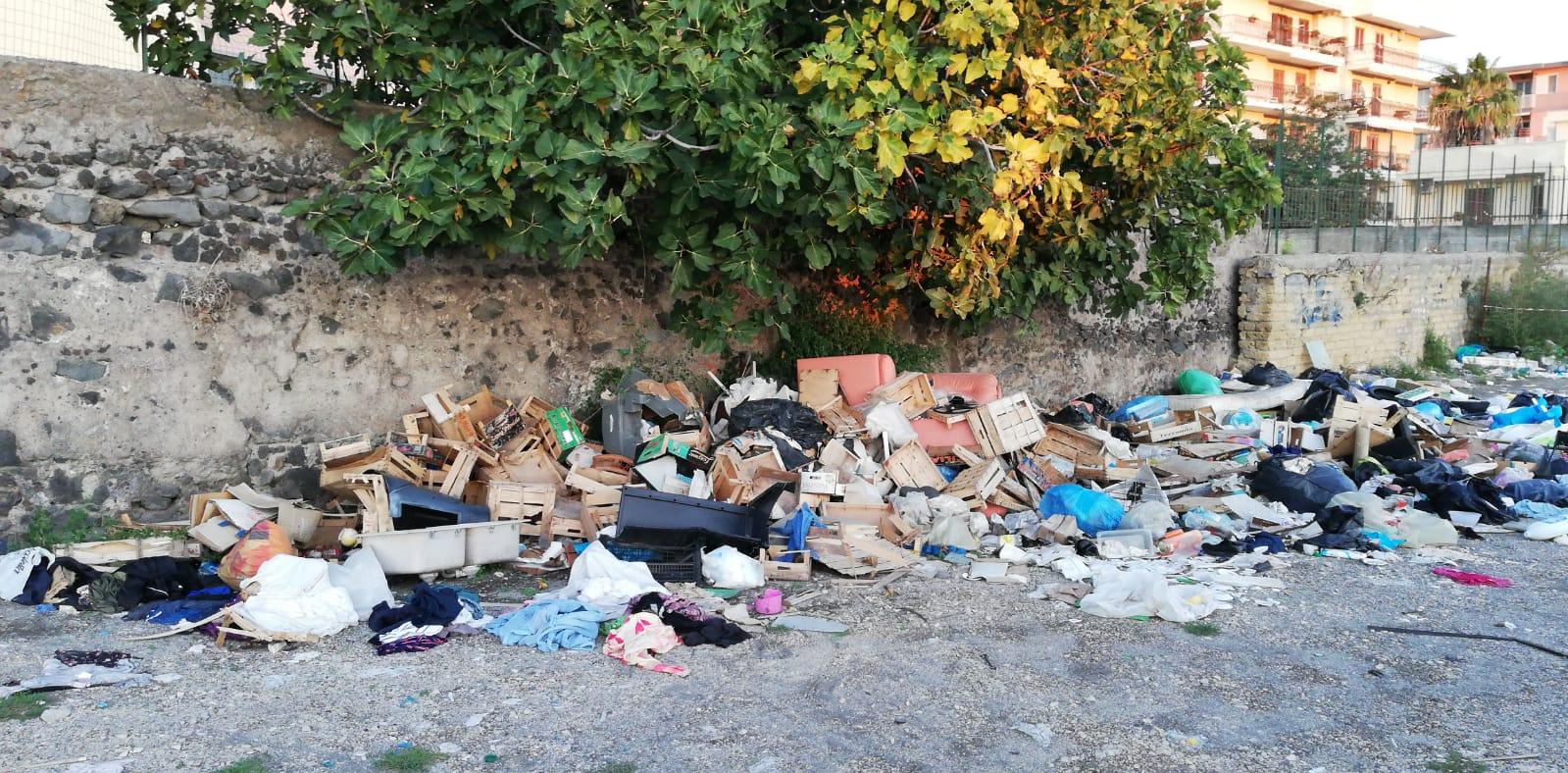 Smascherato il fruttivendolo che depositava rifiuti nell'area mercatale